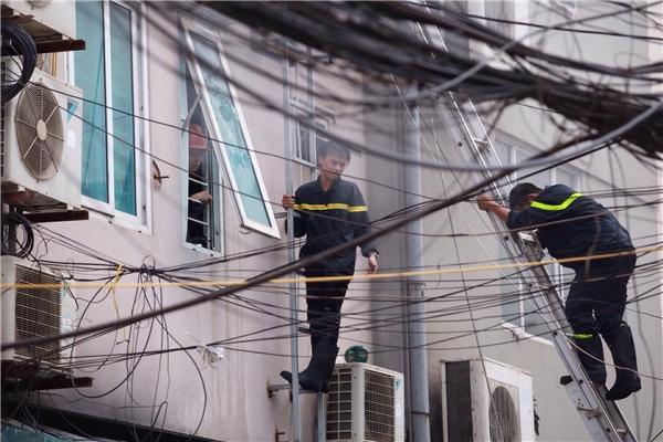 Các chiến sĩ cứu hỏa nỗ lực tiếp cận tòa nhà, giải cứu người mắc kẹt.