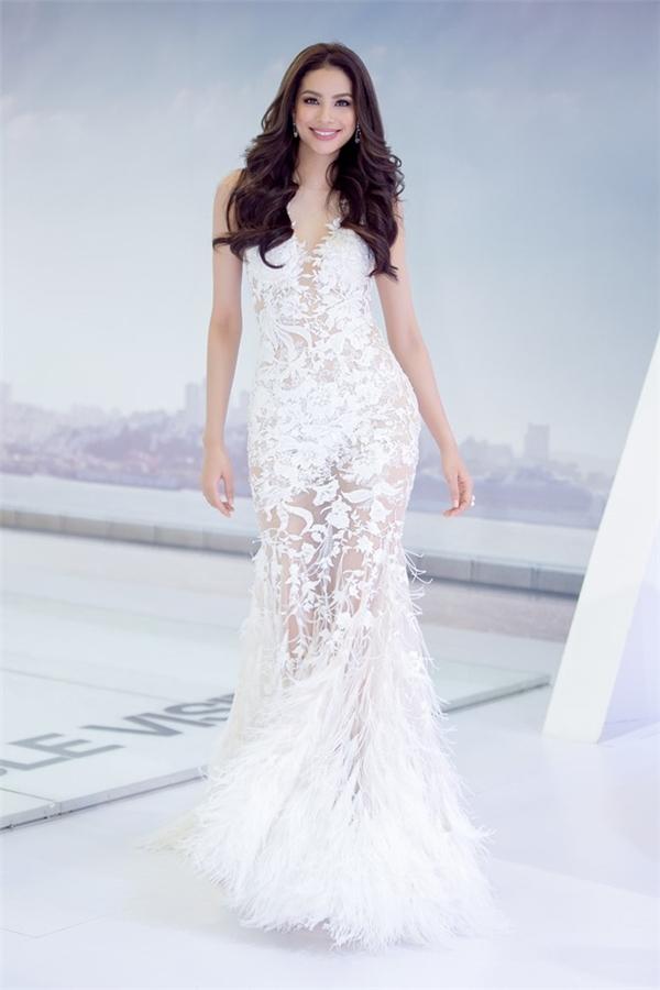 Tham gia một sự kiện trong tuần qua, Phạm Hương xuất hiện lộng lẫy với bộ váy ren trắng xuyên thấu của nhà thiết kế Lê Thanh Hòa. Phần chân váy được nhấn nhá bằng chi tiết lông vũ đang được ưa chuộng bậc nhất hiện nay.