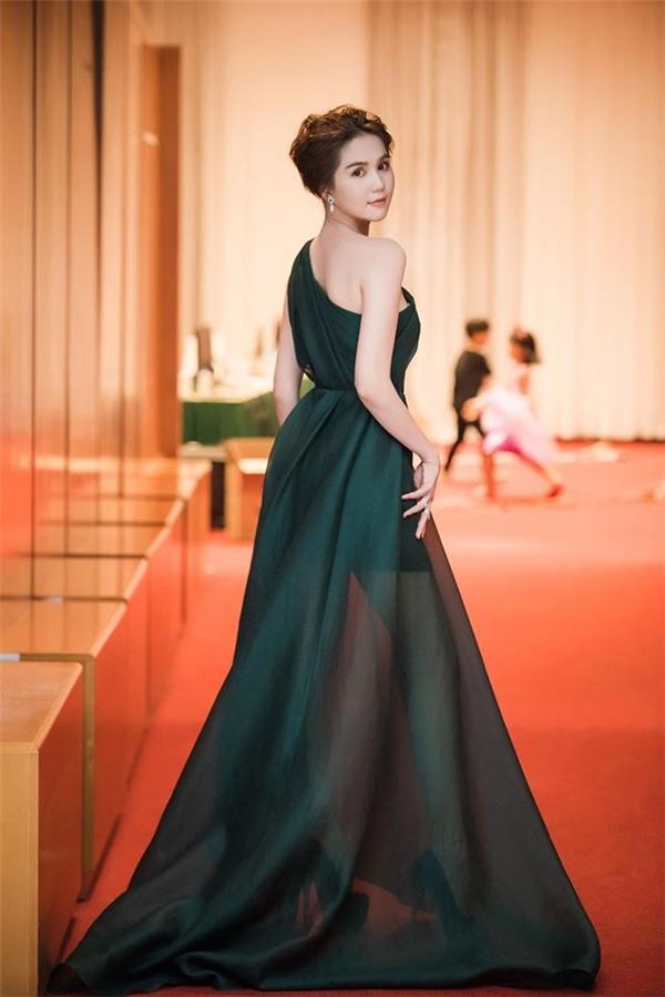 Phạm Hương, Ngọc Trinh đẹp như nữ thần với váy áo gợi cảm