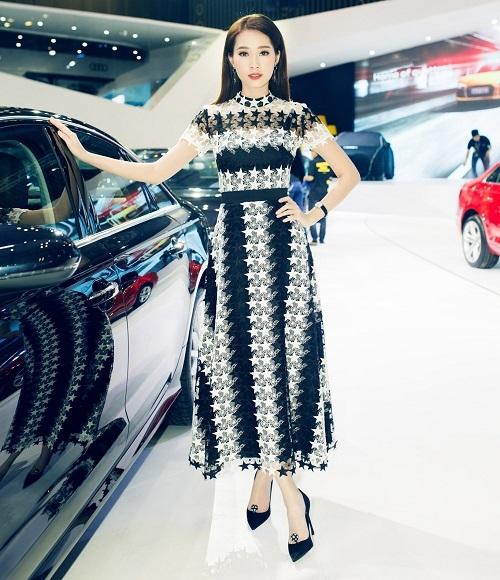 """Hoa hậu Thu Thảo thanh lịch với thiết kế có hai tông màu trắng, đen tương phản của Đỗ Long. Dù diện trang phục khá đơn giản nhưng Hoa hậu Việt Nam 2012 vẫn đủ sức hút để tỏa sáng và """"lấn át"""" dàn mỹ nhân có mặt tại sự kiện triển lãm xe hơi vừa qua tại TP.HCM."""