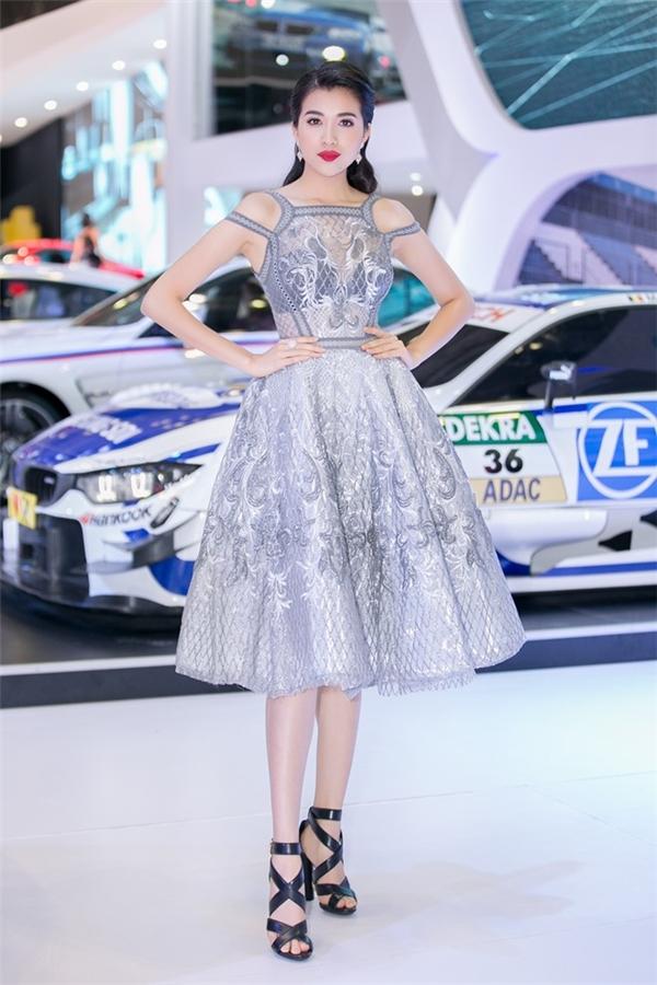 Cùng chọn dáng váy xòe, Chi Pu, Lệ Hằng trông vừa điệu đà nhưng không kém phần gợi cảm với chất liệu xuyên thấu mỏng manh. Hai thiết kế lần lượt thuộc về Đỗ Long và Chung Thanh Phong với cách xử lý chất liệu tinh tế.