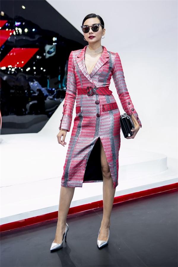Cách nhuộm vải tạo hiệu ứng loang màu, đan lồng vào nhau giúp bộ váy đơn giản, thanh lịch của Thanh Hằng trở nên thu hút hơn. Cô kết hợp trang phục cùng loạt phụ kiện màu đen có giá đắt đỏ.