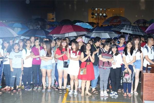 """Không có cơn mưa nào có thể ngăn cản được sự nhiệt thành của các bạn sinh viên đến với """"Hòa Chung Nhịp Đập""""."""