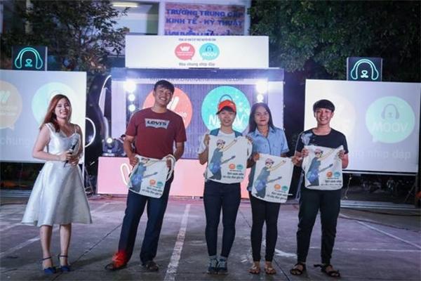 """Đến với """"Hòa Chung Nhịp Đập"""", các bạn sinh viên còn có thể tham gia các minigame và rinh về những phần thưởng cực chất từ Vietnamobile và MOOV."""