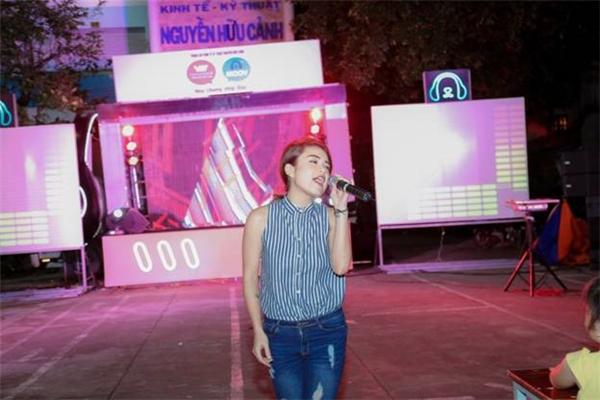 """Thái Trinh phiêu cùng âm nhạc trong tour diễn """"Hòa Chung Nhịp Đập"""" phối hợp giữa Vietnamobile và MOOV."""