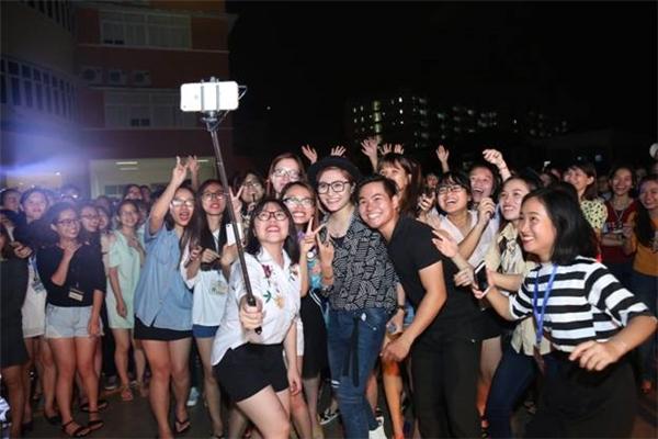 Vicky Nhung rất chiều fan, đặc biệt là với các bạn sinh viên.