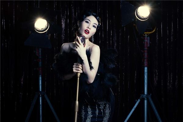 Đảm nhận vai nữ ca sĩ Elizabeth Phương Trinh, Diễm My đã dành thời gian tìm hiểu và tập làm quen với vai trò ca sĩ. - Tin sao Viet - Tin tuc sao Viet - Scandal sao Viet - Tin tuc cua Sao - Tin cua Sao