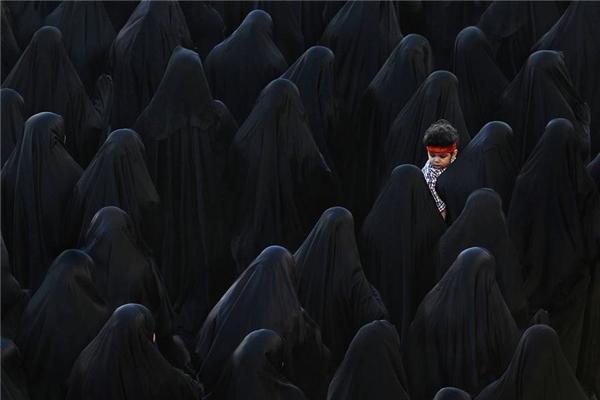 #10 Ở trung tâm của màu đen, làng Sitra, Bahrain (Giải Ba hạng mục ảnh màu)