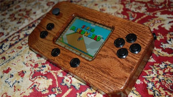 Vỏ được làm bằng gỗ sồi bóng loáng. (Ảnh: youtube)
