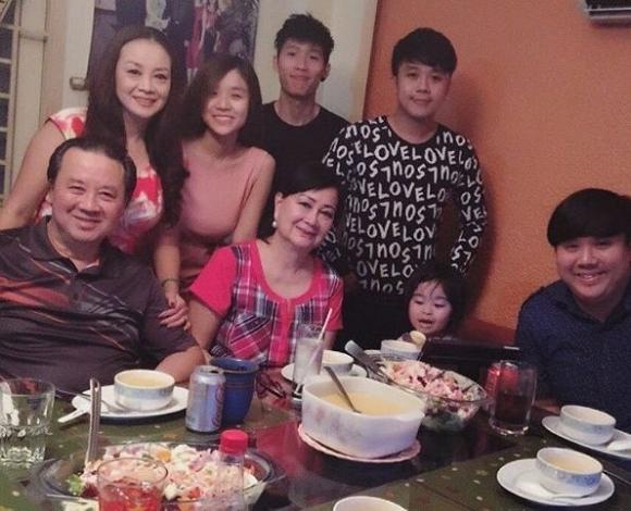 Bảo Ngọc chụp ảnh cùng gia đình và bên ông nội Bảo Quốc. - Tin sao Viet - Tin tuc sao Viet - Scandal sao Viet - Tin tuc cua Sao - Tin cua Sao