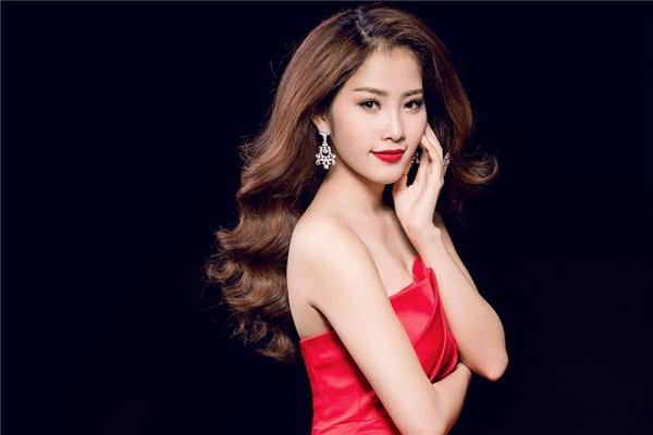 """Sau khoảng thời gian hoạt động trong làng giải trí với vai trò ca sĩ, Nam Em dần khẳng định được hình ảnh và phong cách cá nhân, thoát mác """"bản sao Hoa hậu Thu Thảo""""."""