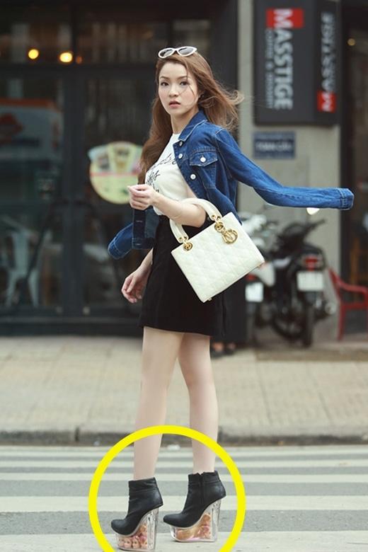 Huỳnh Minh Thủy sỡ hữu giày cao ấn tượng với hàng loạt chiếc đầu búp bê được đặt ở phần đế.