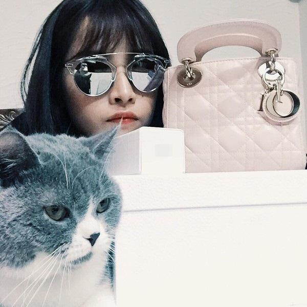 Nổi bật nhất có thể kể đến những món hàng hiệu Dior như kính mắt và túi xách.