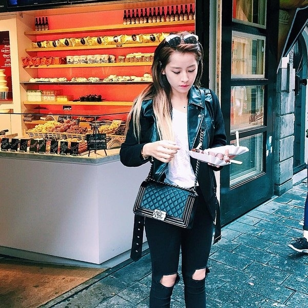 Chi Pu diện áo denim jacket cá tính cùng quần jeans rách và một chiếc túi Chanel Boycó giá gần 100 triệu đồng.