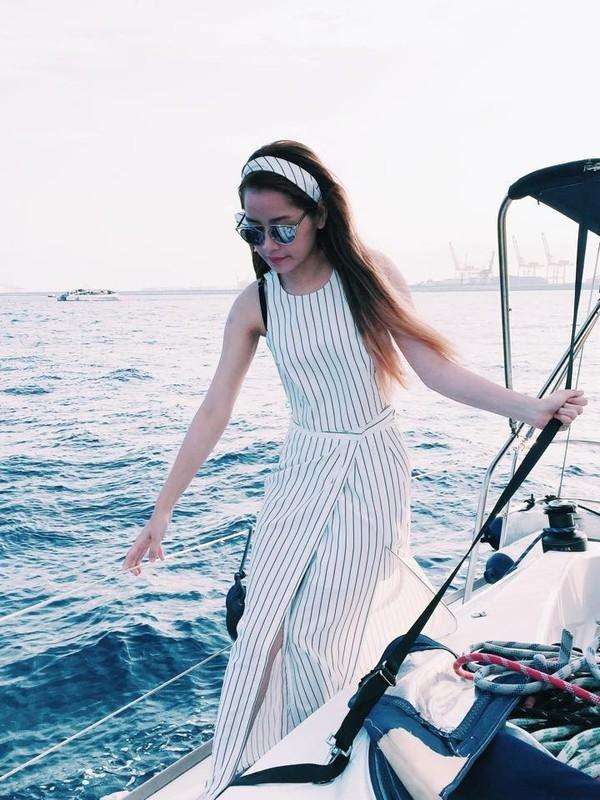 Để phù hợp với không khí mát lành của biển, Chi Pu chọn một chiếc váy maxi xẻ tà theo phong cách tối giản và phụ kiện là kính So Real của Dior.