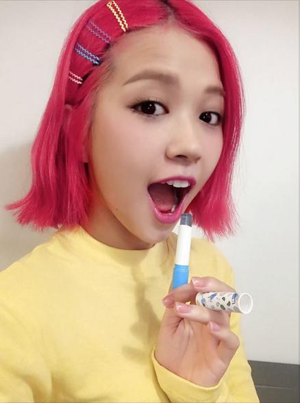 """Nếu chủ nhân bản hit """"Say Yes"""" Suni Hạ Linh chọn cho mình thỏi Blue Ocean để có màu hồng tông xuyệt tông cùng mái tóc..."""