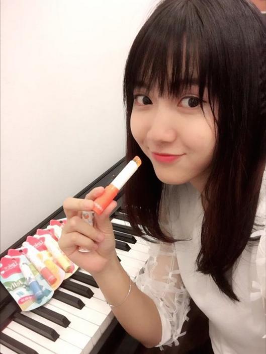 ... thì cô nàng Hot girl xe buýt Jang Mi cũng khoe thỏi Sunrise lên màu môi ánh cam đáng yêu và trọn bộ LipIce Sheer Color Q hấp dẫn.