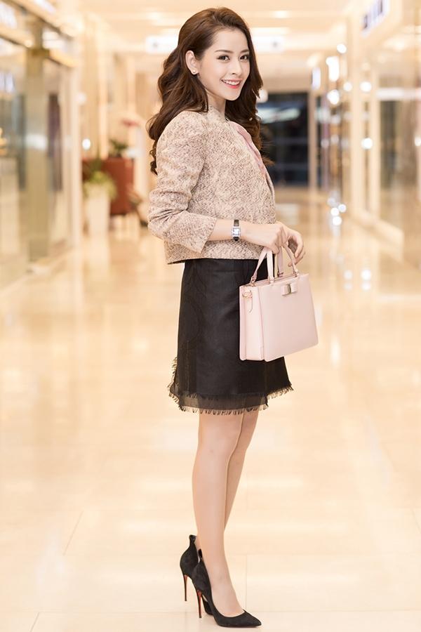Chi Pu cuốn hút với style thanh lịch cùng lối trang điểm trong suốt. Đáng chú ý, áo và chân váy của nữ diễn viên được cô khéo léo biến tấu từ những chiếc khăn của Salvatore Ferragamo, vừa độc lạ vừa gây ấn tượng.