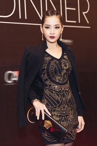 Trong một sự kiện tốitại TP HCM, Chi Pu diện nguyên cây hàng hiệu Versace Jeans phối cùng phụ kiện Versace trị giá hàng nghìn đô.