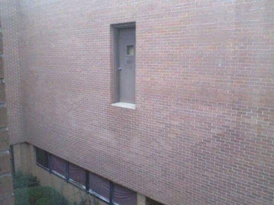 Cửa này là cửa sổ hay cửa cái nhỉ.