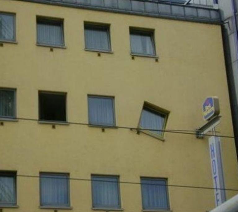 Cửa sổ kiểu gì mà trông như sập đến nơi.