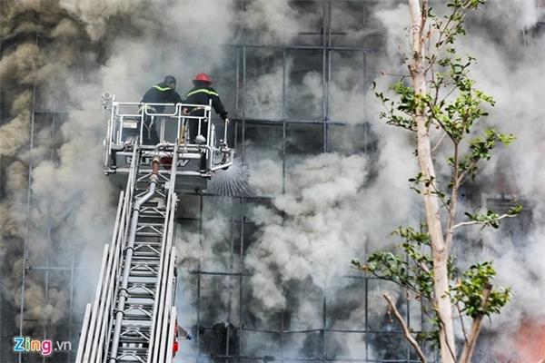 Đám cháy lớn kéo dài hànggiờ đồng hồ gây nhiều thiệt hại về người và tài sản.(Ảnh: Zing, Quang Thế)