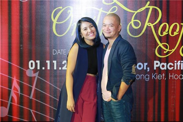 Quán quân Vietnam Idol Janice Phương tình tứ hôn ông xã trước đám đông