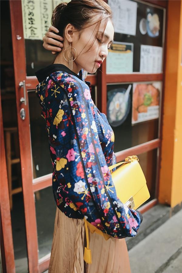 """Giữa tiết trời thu nhẹ nhàng, nữ diễn viên xuống phố và """"quậy tưng bừng"""" với loạt trang phục bắt mắt. Những tông màu như: đỏ, xanh, vàng kim hoàn toàn đi ngược với xu hướng thường lệ của thời trang Thu - Đông với các sắc độ trầm mặc."""