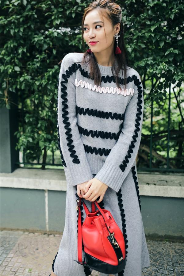 Váy áo phom rộng màu xám trắng mang đến nét duyên cho các cô gái trong những ngày Thu - Đông này. Bộ trang phục đơn giản trở nên bắt mắt hơn với chi tiết màu trắng, đen trung tính.
