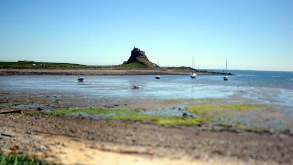 Lâu đài Lindisfarne và bốn bề sóng nước xung quanh là một điểm tham quan nổi tiếng của nơi này. (Ảnh: Internet)