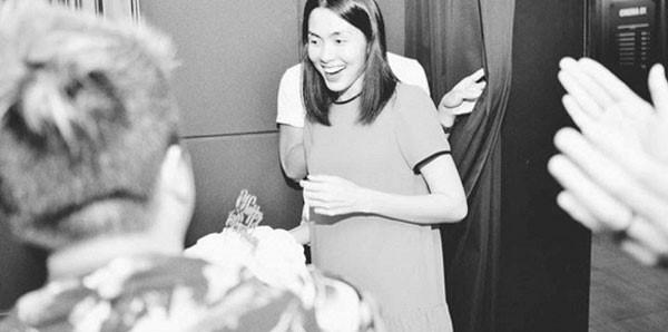 Đặc biệt, hình ảnh được cắt từ clip sinh nhật của Tăng Thanh Hà cho thấy phần bụng khá bất thường của cô.
