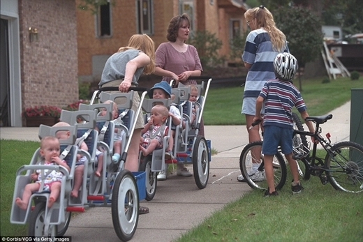 Bảy đứa trẻ đã lớn lên cùng với nhau trong tình yêu thương của cha mẹ và cộng đồng.