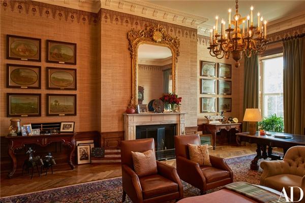 """Phòng Hiệp ước trang trí nhiều đồ vật lưu niệm, chẳng hạn hai tượng Grammy của Obama, các khung ảnh gia đình, một quả bóng bầu dục, tranh ảnh về những người Mỹ bản địa, một tấm gương lớn có từ những năm 1850, thảm trải sàn từ những năm 1930. Căn phòng này là nơi ngài Tổng thống lui về """"ở ẩn"""" vào ban đêm, làm việc tại chiếc bàn gỗ bên góc phải trong ảnh vốn đã ở đây từ năm 1869."""