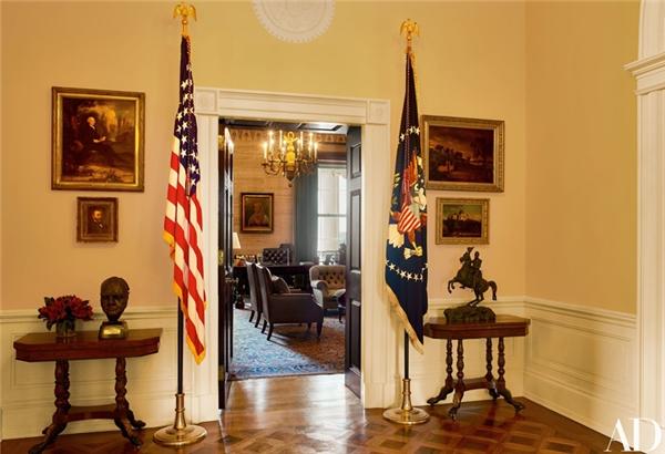 Ngay cửa vào phòng Hiệp ước đặt một chiếc bàn nhỏ được đóng tại New York năm 1810, trên có bức tượng bán thân của Winston Churchill, do Sir Jacob Epstein hoàn thành vào năm 1964.