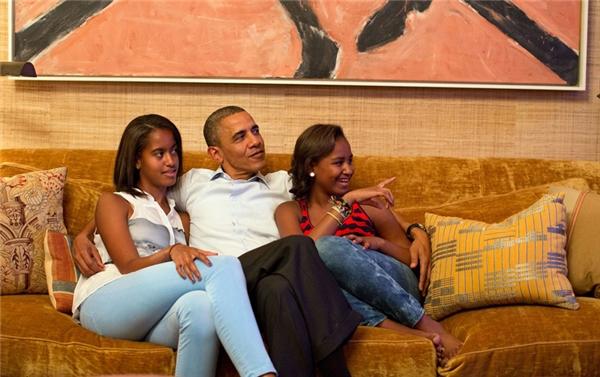 Obama cùng hai con gái Malia (trái) và Sasha trong phòng Hiệp ước.