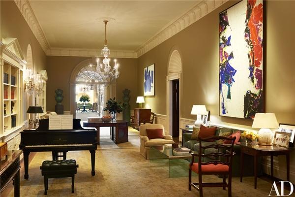 Sảnh chính được trang trí bằng những chiếc bình cổ đặt trên bệ cao, cây đại dương cầm,và những bức tranh của Sam Francis và Hans Hofmann.