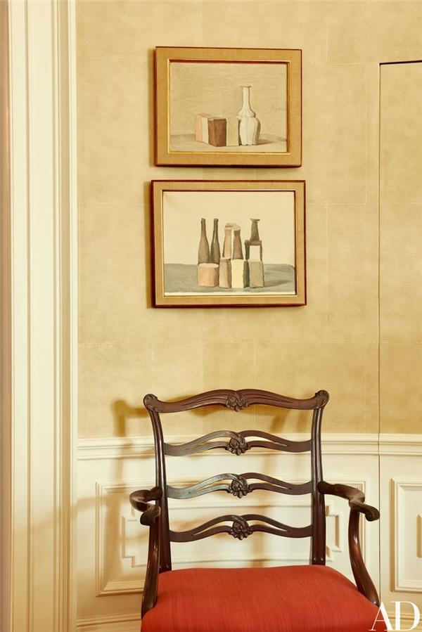 Trong phòng này, tranh vẽ của Giorgio Morandi kết hợp hài hòa với chiếc ghế bành bọc nhungduyên dáng,sản xuất vào năm 1903.