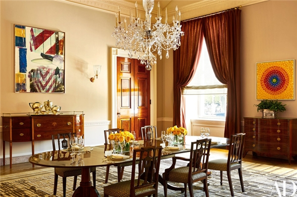 Phòng ăn chính thì mang đậm chất hiện đại và sống độnghơn nhiều với những gam màu rực rỡ.