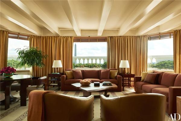 Phòng Tắm nắng được đặt trên tầng mái của Nhà Trắng với cửa sổ mở rộng, ngắm ra toàn cảnh thành phố với Đài tưởng niệmLincoln ở phía xa xa.