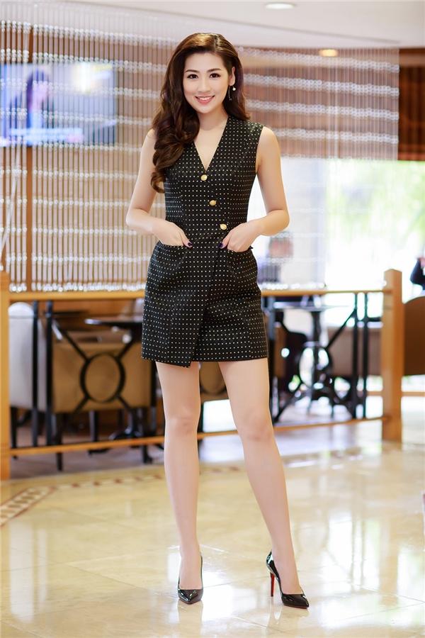 Thiết kế giúp Á hậu Việt Nam 2012 khoe được đôi chân dài miên man đáng mơ ước của các cô gái. Theo chia sẻ của Tú Anh, thời điểm tham dự Hoa hậu Việt Nam 2012, đôi chân cô đã dài 1m05. So với các người mẫu chuyên nghiệp thì số đo này không hề kém cạnh.