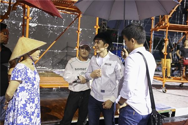 Trong buổi họp báo diễn ra cách đây không lâu, nam ca sĩcũng đã hé lộ nhiều điều thú vị về tình bạn giữa anh và Việt Hương khiến khán giả thích thú. - Tin sao Viet - Tin tuc sao Viet - Scandal sao Viet - Tin tuc cua Sao - Tin cua Sao