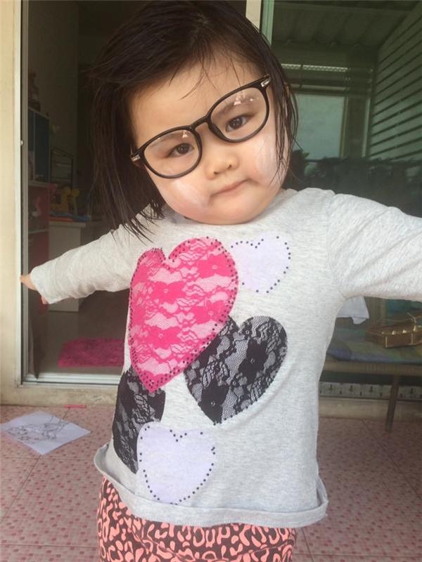 Bé gái má bánh bao cắt tóc lột xác thành ma Vô Diện siêu đáng yêu
