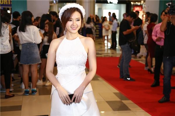 thì Midu cũng khéo léo tỏa sáng trong chiếc đầm cưới màu trắng. - Tin sao Viet - Tin tuc sao Viet - Scandal sao Viet - Tin tuc cua Sao - Tin cua Sao