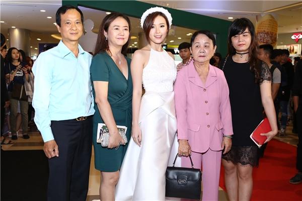 Đến chung vui cùng Midu còn có bà, bố mẹ và một vài người thân trong gia đình. - Tin sao Viet - Tin tuc sao Viet - Scandal sao Viet - Tin tuc cua Sao - Tin cua Sao