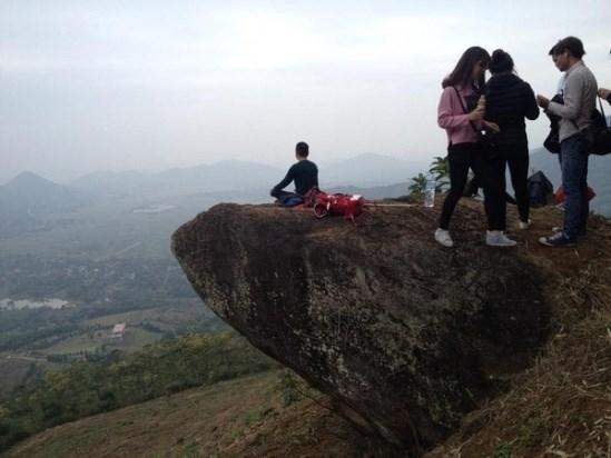 Bạn có thể đưa mắt nhìn xa khơi để cảm nhận sự bao la và hùng vĩ khi đứng trên mỏm đá nằm cheo leo đỉnh núi này. (Ảnh: Internet)