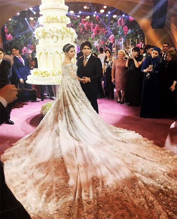 Chiếc váy cưới được đính hàng trăm viên ngọc trai và pha lê trị giá hơn 14tỉ đồng.