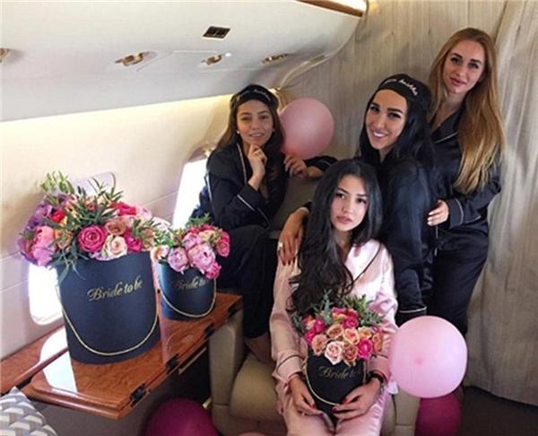 Cô dâu đón những người bạn trong hội độc thân của mình đến dự lễ cưới trên chiếc phi cơ riêng