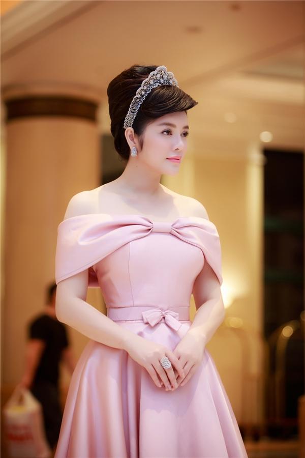 Vương miện kim cương cài đầu được thiết kế riêng cho Lý Nhã Kỳ, lấy cảm hứng từ sắc đẹp và phong cách thời trang của cô. Theo thông tin được chia sẻ thì tổng số kim cương để chế tác chiếc vương miện trên là 21 cara.