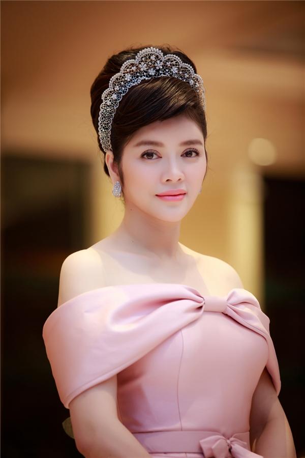 Lý Nhã Kỳ chọn phong cách trang điểm tự nhiên, đánh má hồng nhạt giúp tôn lên những đường nét quý phái.