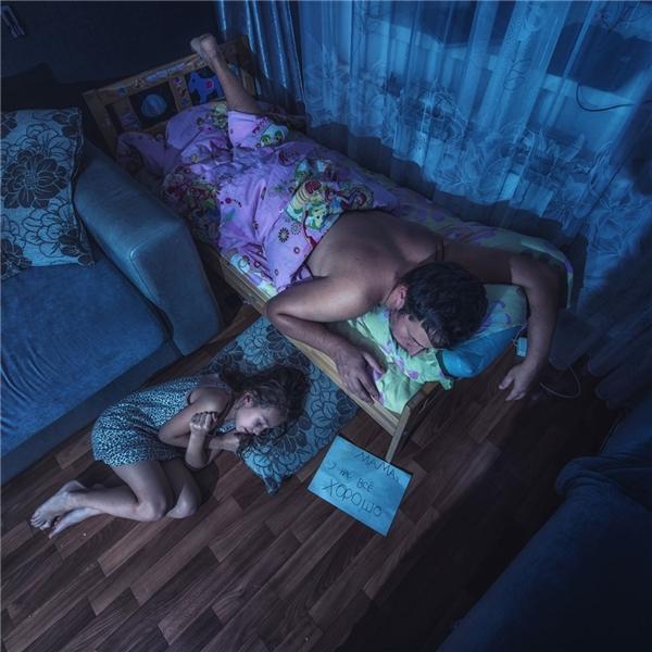 Giường con là của bố, con thìthoải mái nằm co ro vì lạnh dưới sàn, nhưng mẹ à, mọi chuyện vẫn ổn.